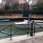 водное такси,на котором можно добраться прямо к отелю