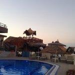 У бассейна бар рядом отеля