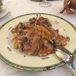 Chuletitas de lechal con base de patatas fritas en Los 4 Postes