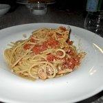 Spaghetti ai gamberi con granella di mandorle tostate
