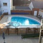 Vue sur la piscine de notre chambre avec balcon