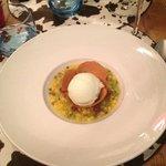 Dessert, soupe de fruits frais et glace au citron vert