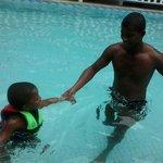 Eu e meu filho na piscina.