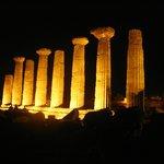 Una veduta delle 8 colonne ricostruite.