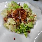 Ensalada Serrana, con queso de cabra, jamón, frutos rojos y frutos secos.