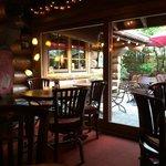 Kleiner Gastraum mit zugang zum Biergarten