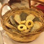 Cestino di pane nero e bianco e taralli