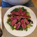 carne braseada de novilho sobre salada fresca