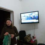 Televisor en la habitación de buen tamaño.