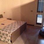 Camera doppia con balcone e bagno interno, aria condizionata, tv e frigo.