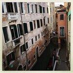 Utsikt över kanalen och där borta vid bron ligger Venedigs trevligaste restaurang.