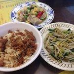 ルーロウファン(小)、もやしの炒め物、鶏肉?と野菜の中華炒めみたいなもの