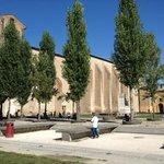 Palazzo con alberi che simulano le colonne di un ex chiesa