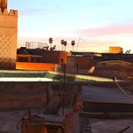 Blick von der Dachterrasse auf einen Teil der Medina von Marrakesch