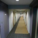 Vista do corredor dos apartamentos do hotel
