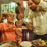 El camarero corta la carne a gusto del comensal