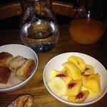 Frutta fresca e frittelline con zucchero e cannella