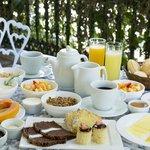 Café da manhã servido a qualquer hora do dia e oferecido no local solicitado pelo hóspede.