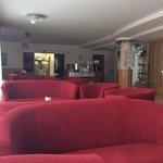 Lobby und Frühstücksraum mit Blick in die Küche