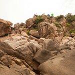 onderaan de rotsen