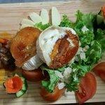 queso de cabra con mermelada de tomate