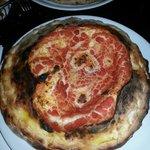 vesuvio ( una bomba di bontà) doppia pizza ripiena di ricotta, salame e fior di latte...
