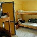 Habitación de 8 camas. Da al patio. es muy bonita