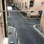 foto da janela do hotel mostrando a rua super silenciosa