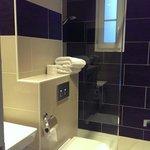 Salle de bain refaite. Seul élément correct de l'hôtel.