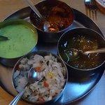 Salsas que acompañan a los Papadum (menta, chutney de mango, verdura, picante)