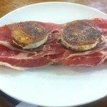 Tostada de jamón serrano con queso de cabra