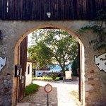 Eingang durchs alte Burgtor.