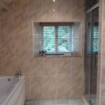 Spacious bathroom with Square loo