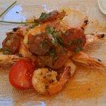 Crevettes sauté au wok sur lit d oignons et chorizo