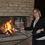 Preparando fuego para un chivito