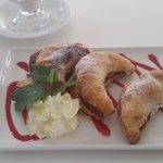crossiants w/strawberries n cream
