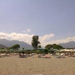 Вид с пляжа на окружающие горы