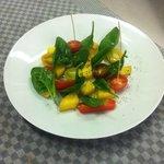 Salade de tomates et mangues aux épinards crus