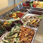 Unsere Antipasti-Vitrine wird jeden Tag mit neuen köstlichen Gemüsevariationen gefüllt