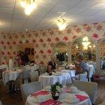 Le buffet de Petit-déjeuner est servi dans une salle bien aérée et éclairée.