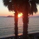 Mooi uitzicht over de zee en ondergaande zon