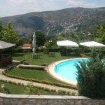do quarto se avista a piscina. Ao fundo, a cidade vizinha , Makrinitsa