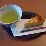 ウェルカムサービスの伊勢茶と名物のチーズケーキです