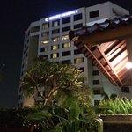 view ke bangunan hotel dari taman