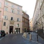 l'accès à l'hôtel par la via di Santa Chiara