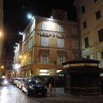 l'hôtel de nuit vu du côté de la place de la Minerve