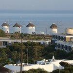 Les fameux moulins de Mykonos vus depuis l'hôtel le matin