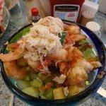 Scampi mit Salat und Krabbenstücke obendrauf