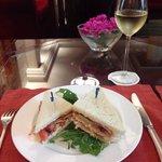 レストランで軽食 BLTサンドイッチ 1人分を2人でシェアしましたがちゃんとお皿2つに分けて持って来てくれました。