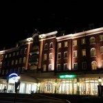 夜のホテル玄関